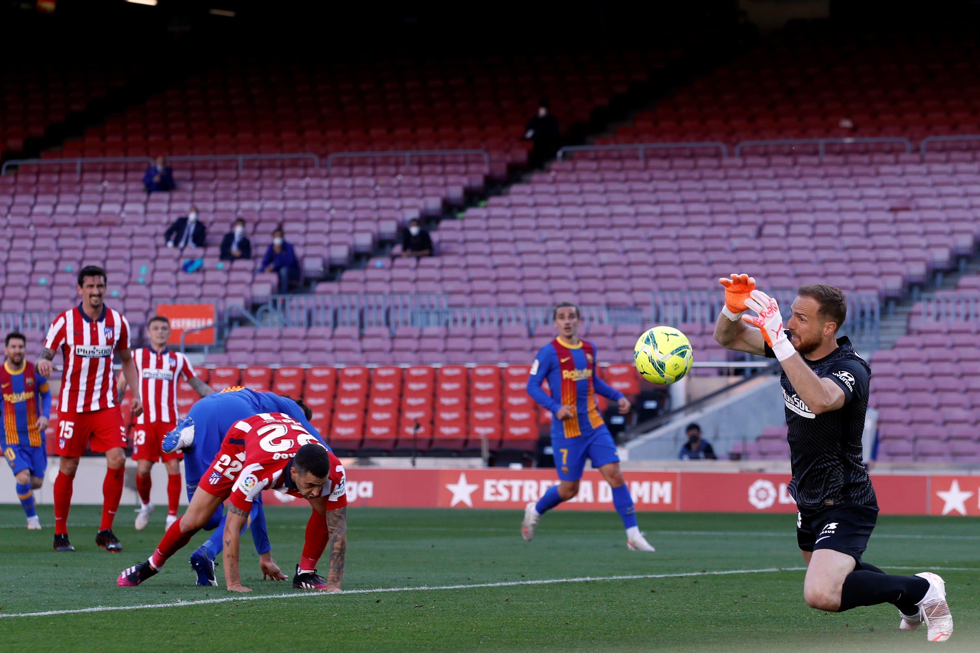 Oblak detiene el balón, durante el partido en el Camp Nou.
