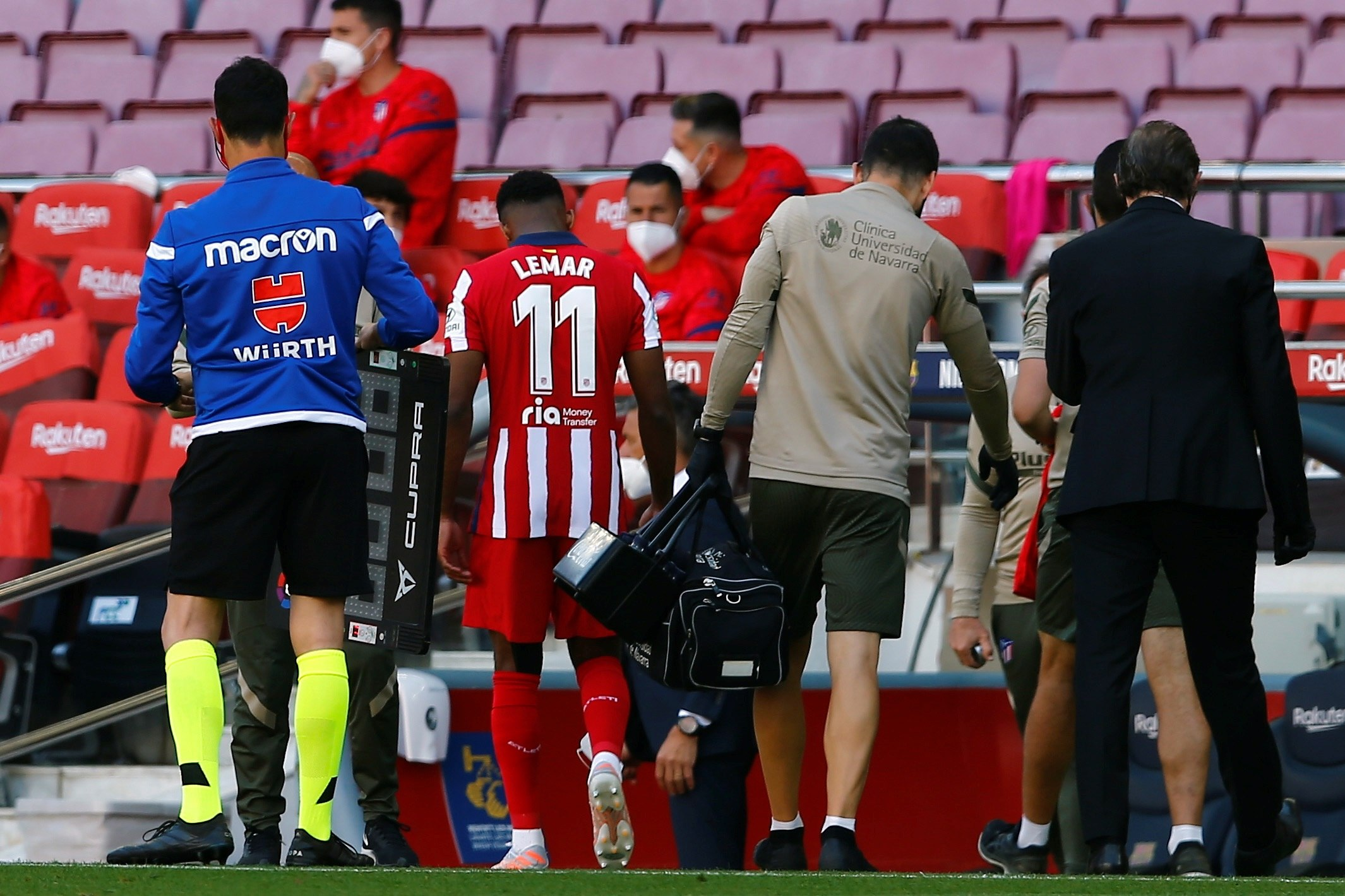 Lemar se retira lesionado del Camp Nou.