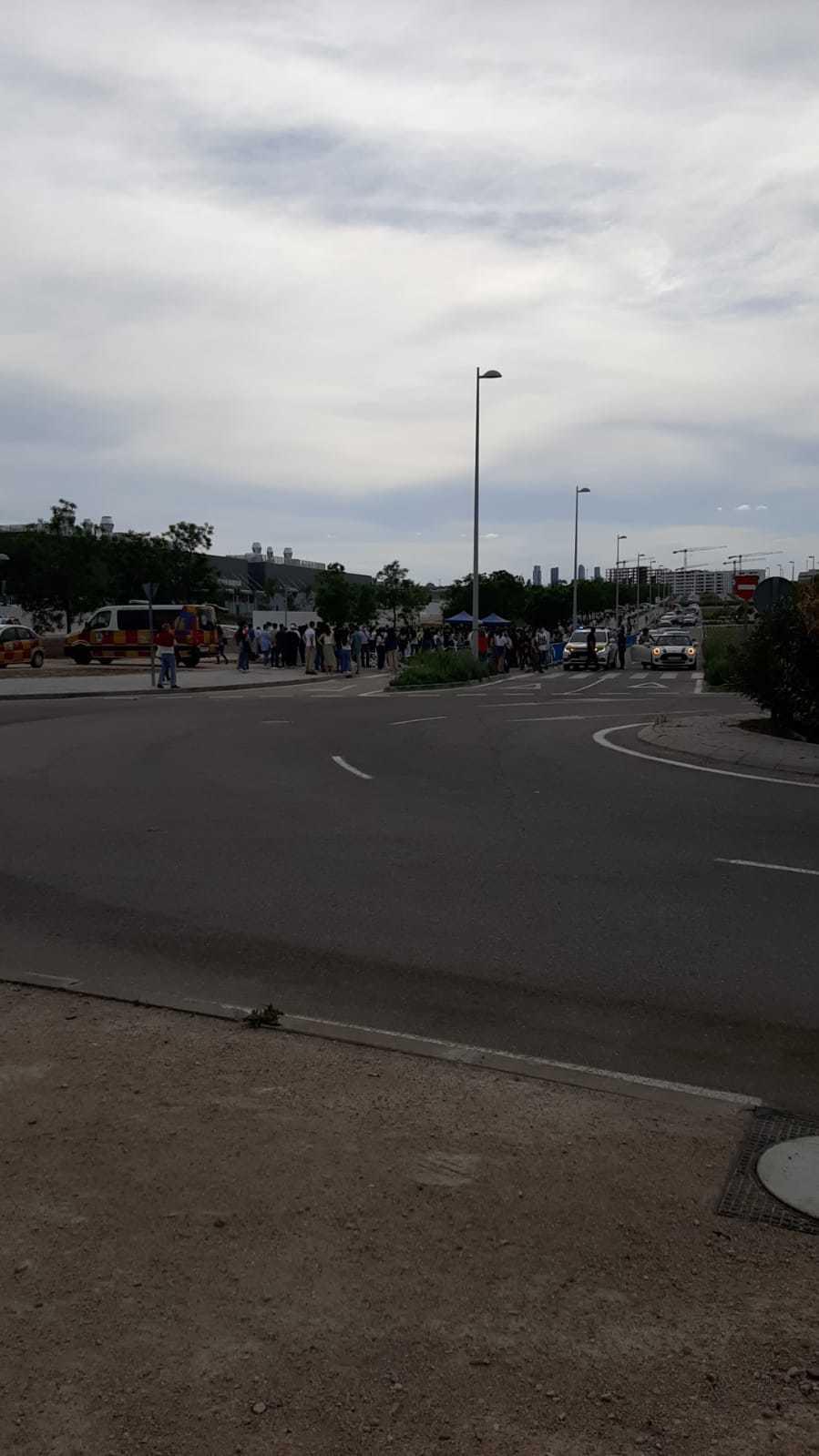 Estudiantes esperando para entrar en el Hospital Isabel Zendal.