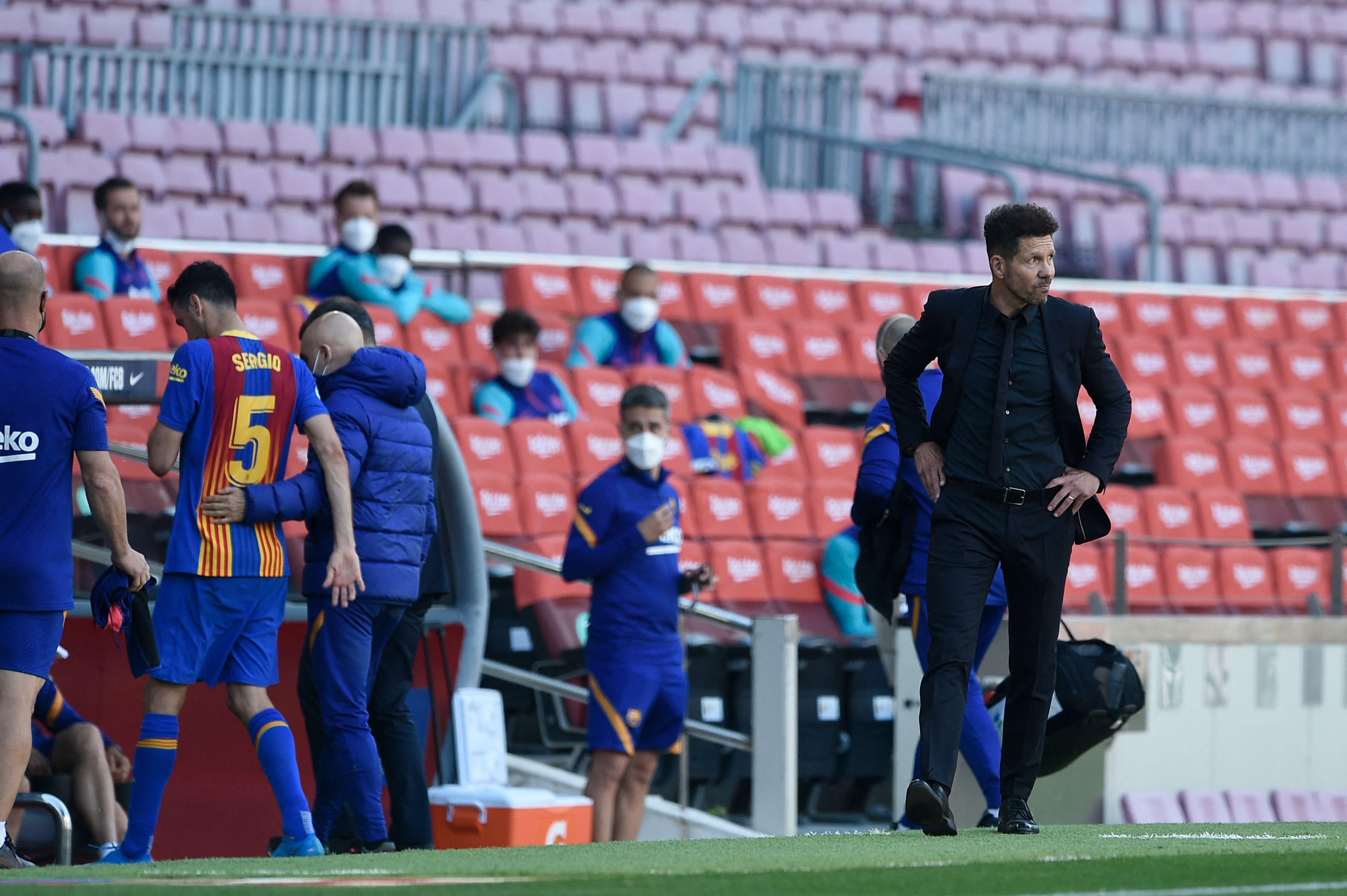 Busquets se retira conmocionado, con Simeone en primer plano.