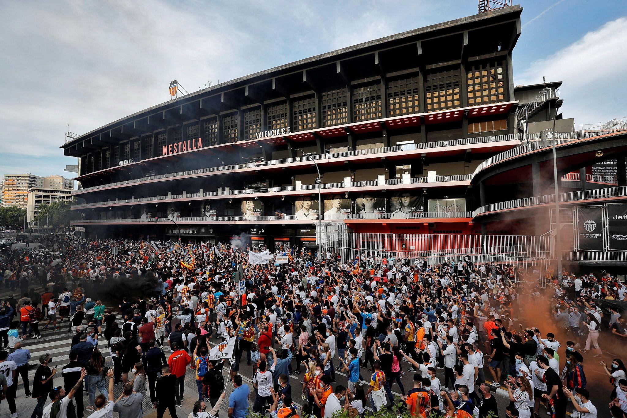 Fachada principal de Mestalla antes de un partido prepandemia.
