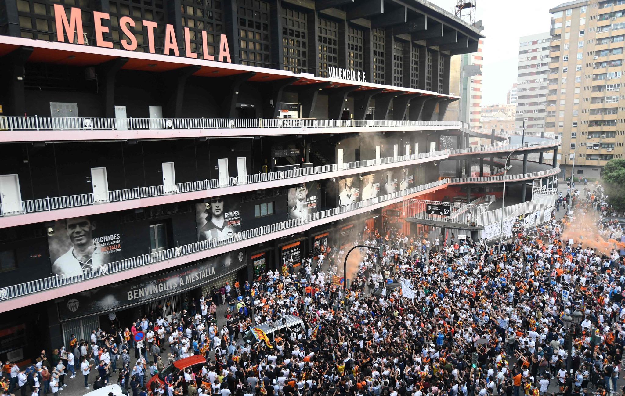 Miles de valencianistas congregados a las puertas de Mestalla.