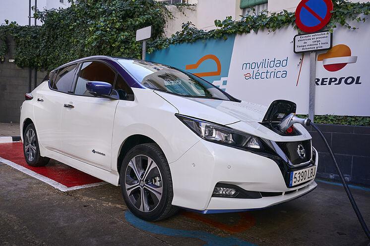 Nissan Leaf, coches eléctricos, Repsol, punto de recarga.