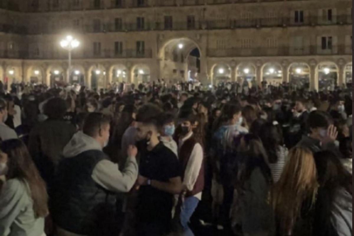 Miles de jóvenes se congregaron en la Plaza Mayor de Salamanca.