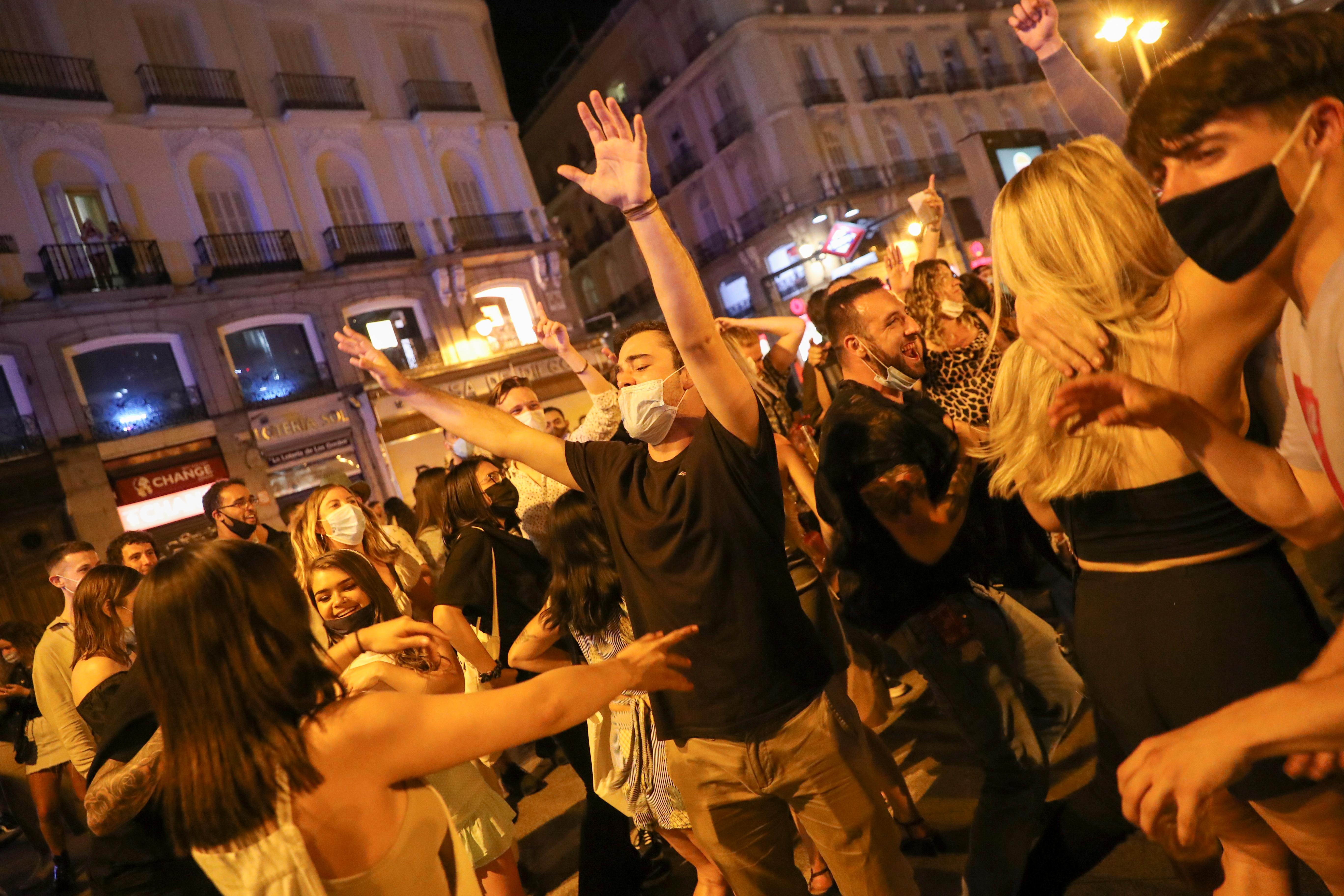 Gente celebra el fin del estado de alarma en Madrid.