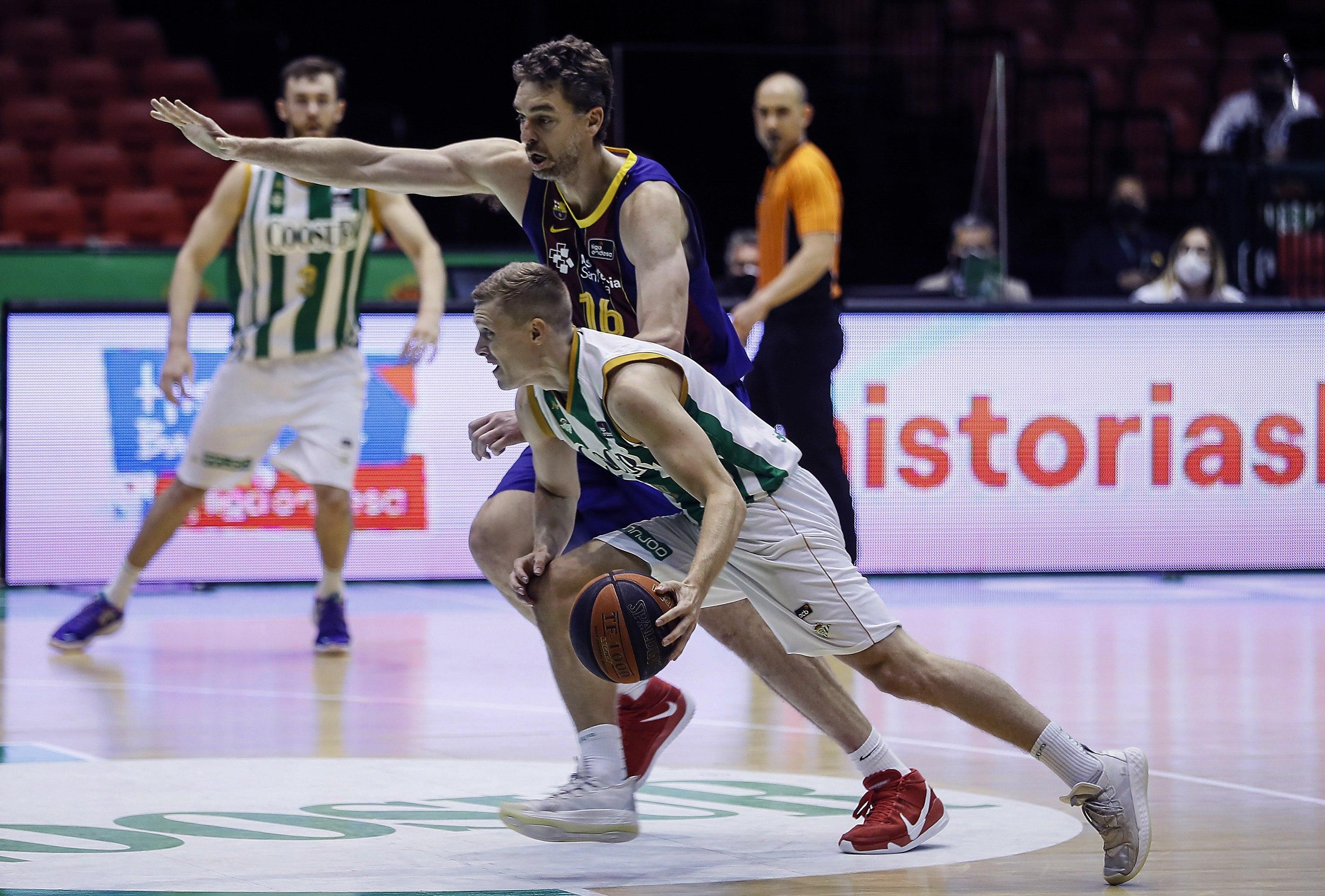 Pau Gasol, en defensa ante el Betis.