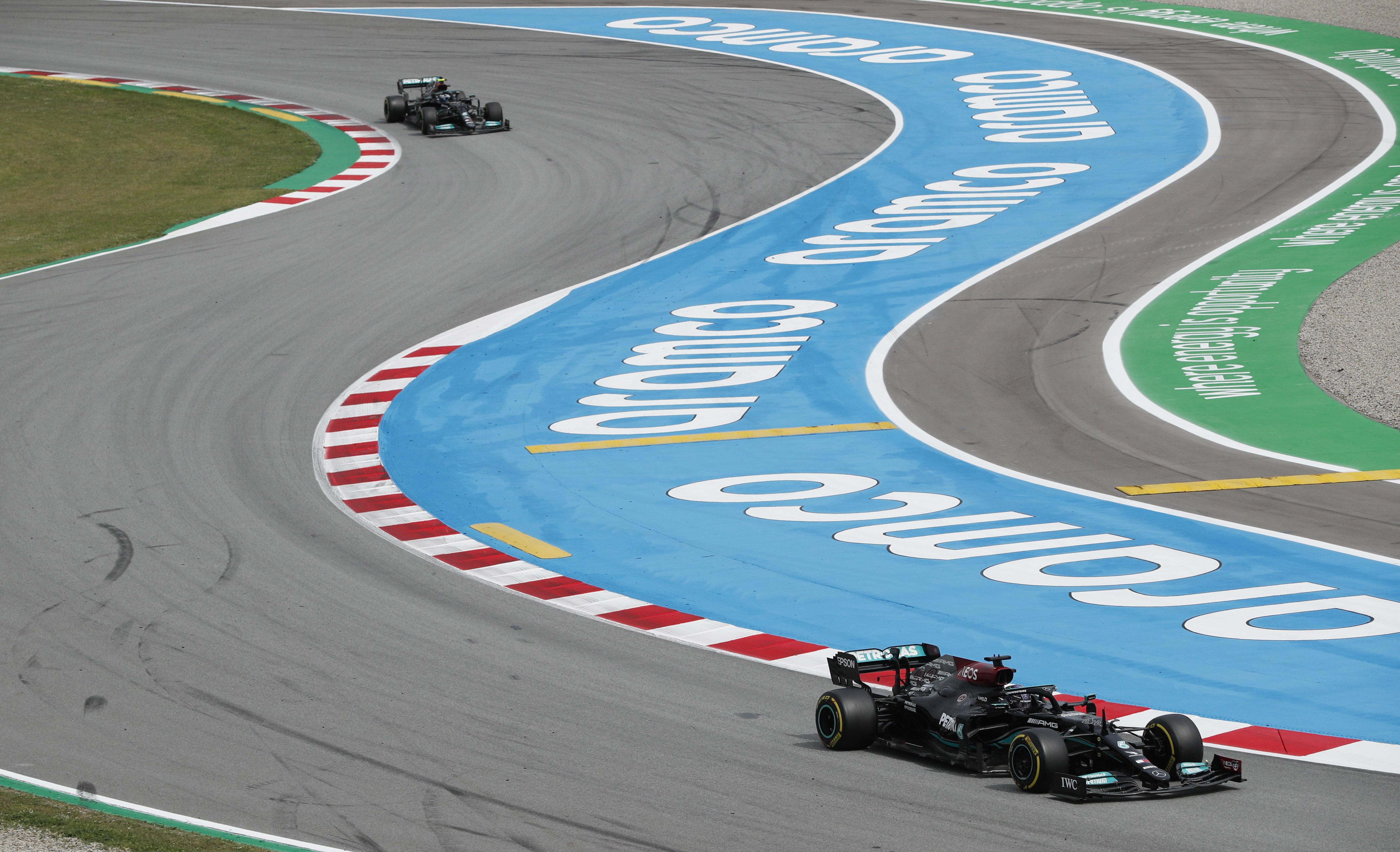 Hamilton, por delante de Bottas, durante el GP de España.