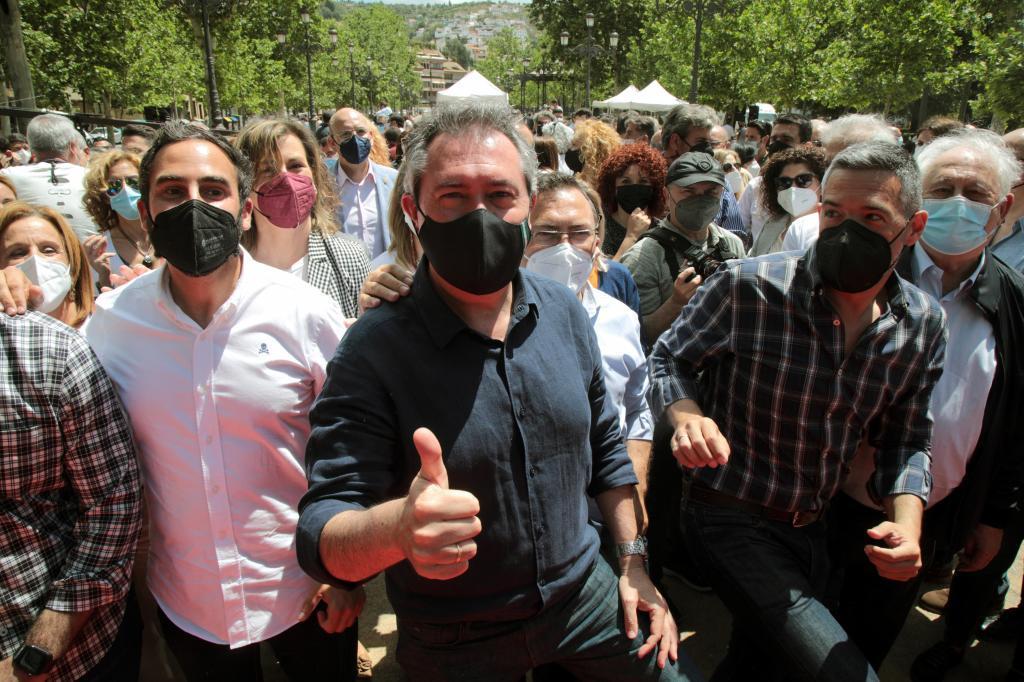 El alcalde de Sevilla y candidato a las primarias del PSOE andaluz, Juan Espadas, rodeado de seguidores este domingo en la presentación de su campaña en Granada.