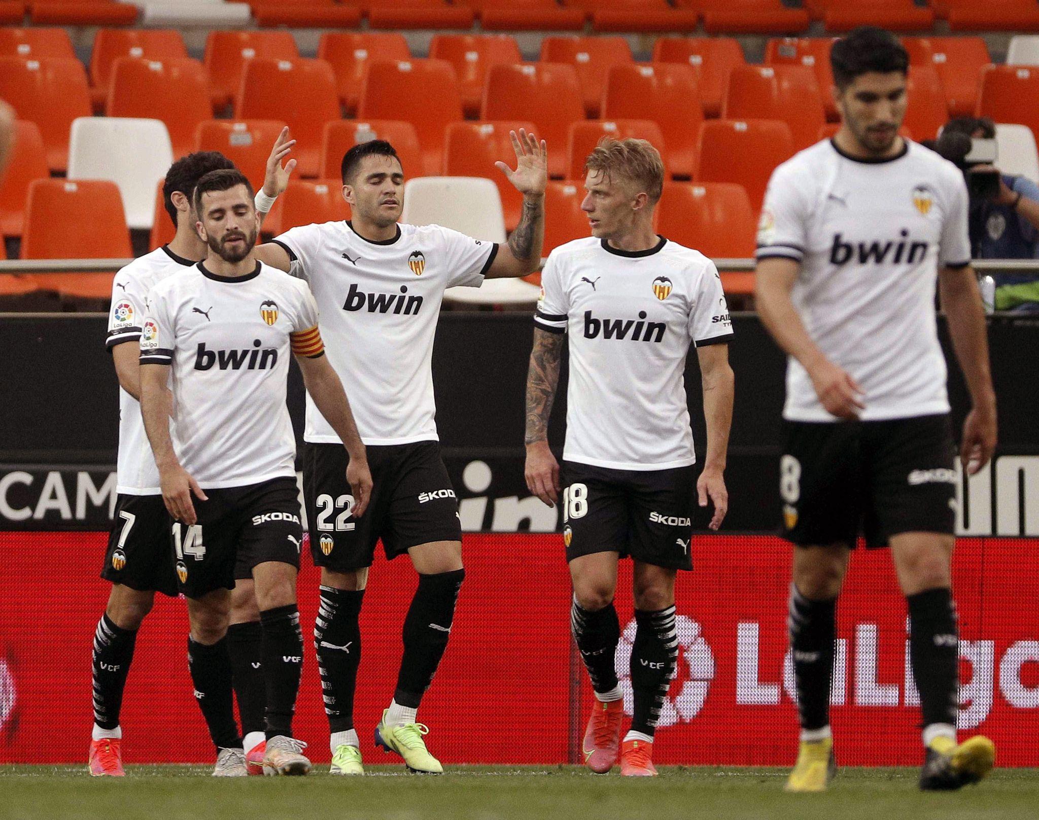 Maxi Gómez celebra su segundo gol al Valladolid en Mestalla.
