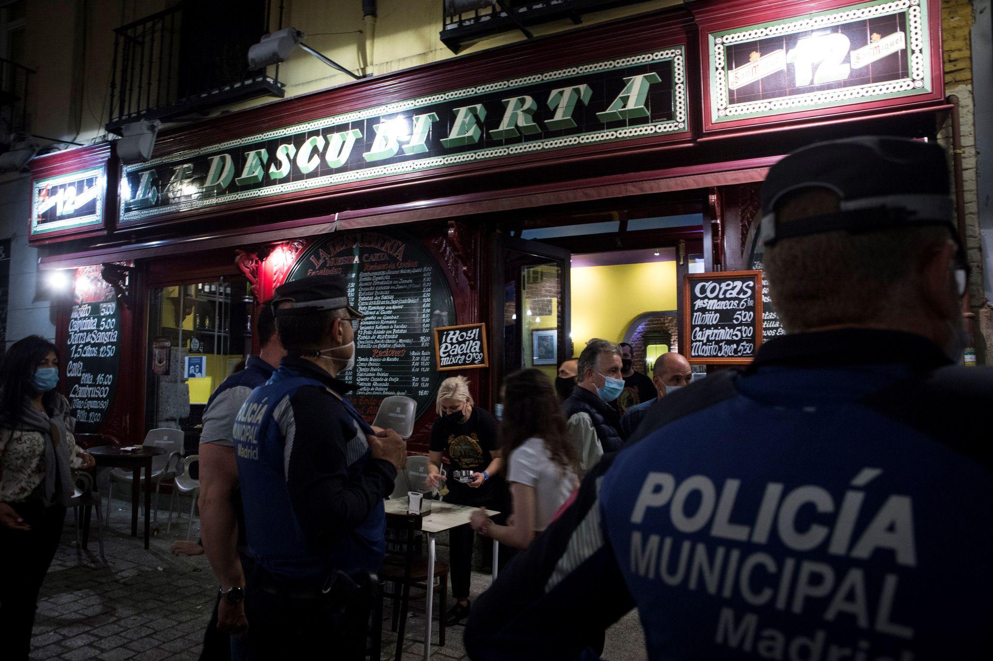La Policía Municipal, en el centro de Madrid, este domingo.