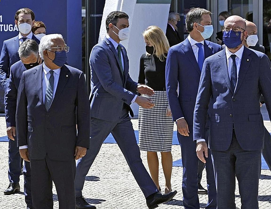 El presidente del Gobierno, Pedro Sánchez, pasea junto a otros líderes europeos en la cumbre celebrada en Oporto.
