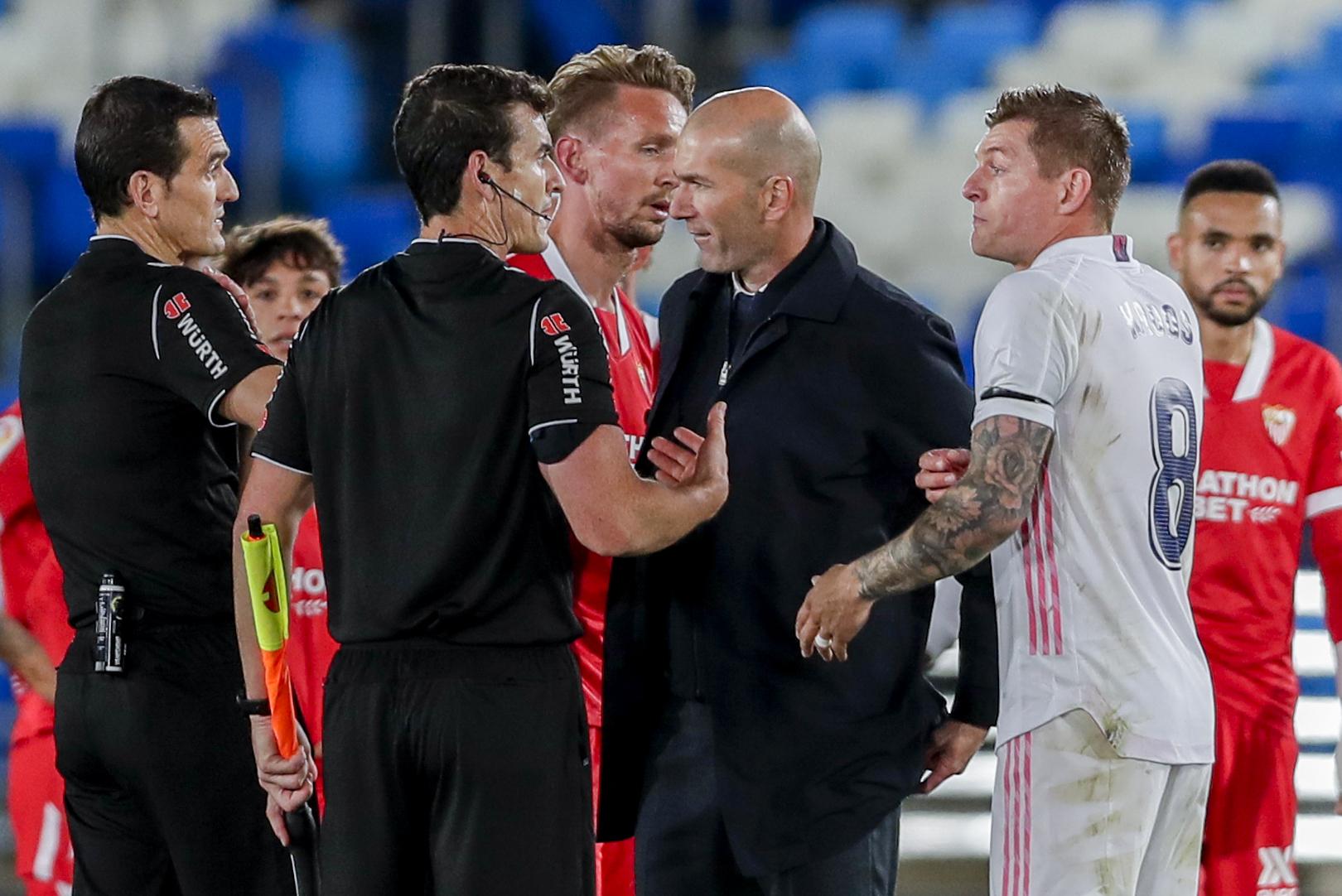 Zidane y Kroos conversan con el árbitro, al final del partido.