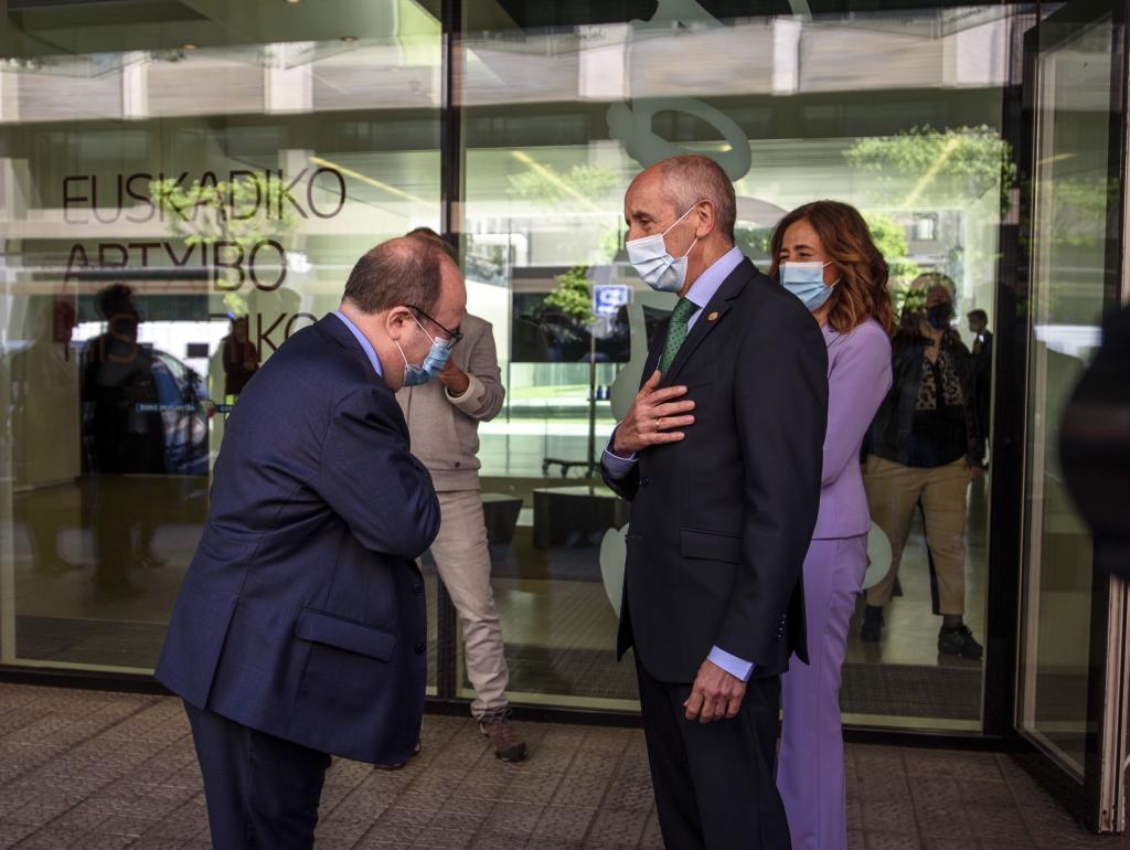 El ministro Iceta saluda al vicelehendakari Erkoreka antes de la reunión para formalizar el traspaso de prisiones a Euskadi.