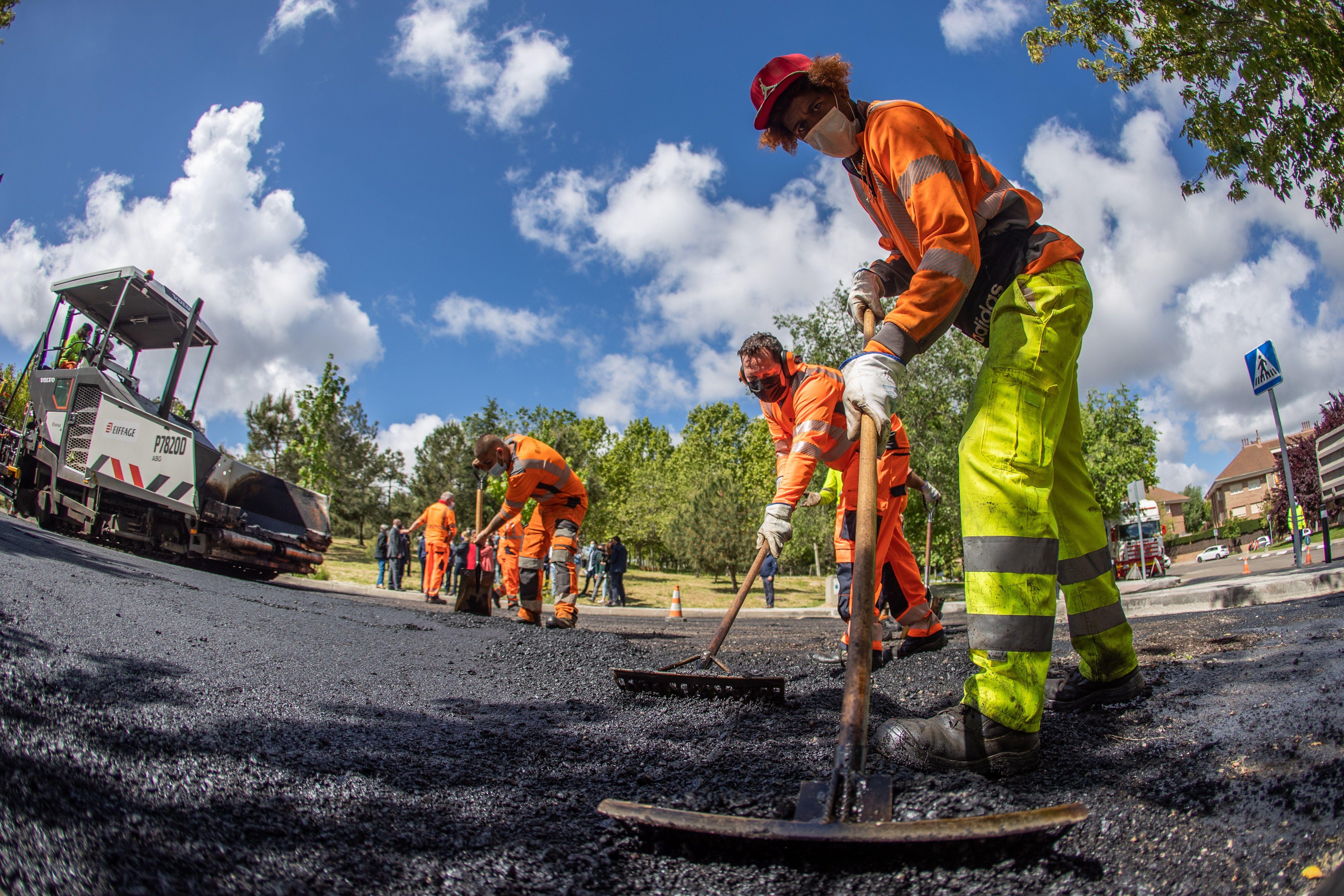 Varios operarios trabajan este lunes en la 'operación asfalto' en la calle Lasalle de Aravaca.
