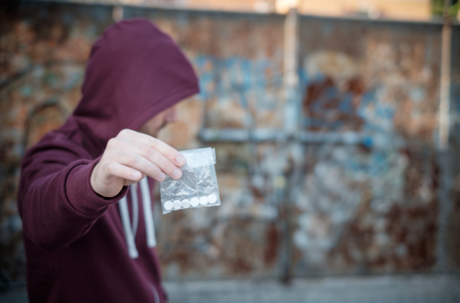 Un joven con droga.