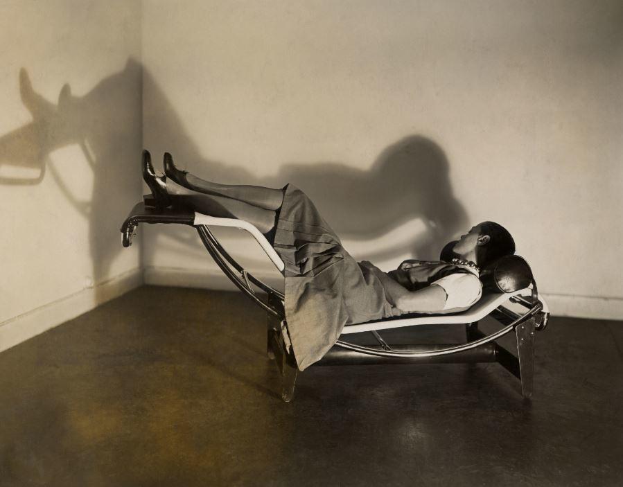 Su famosa chaise longue con tubos de acero.