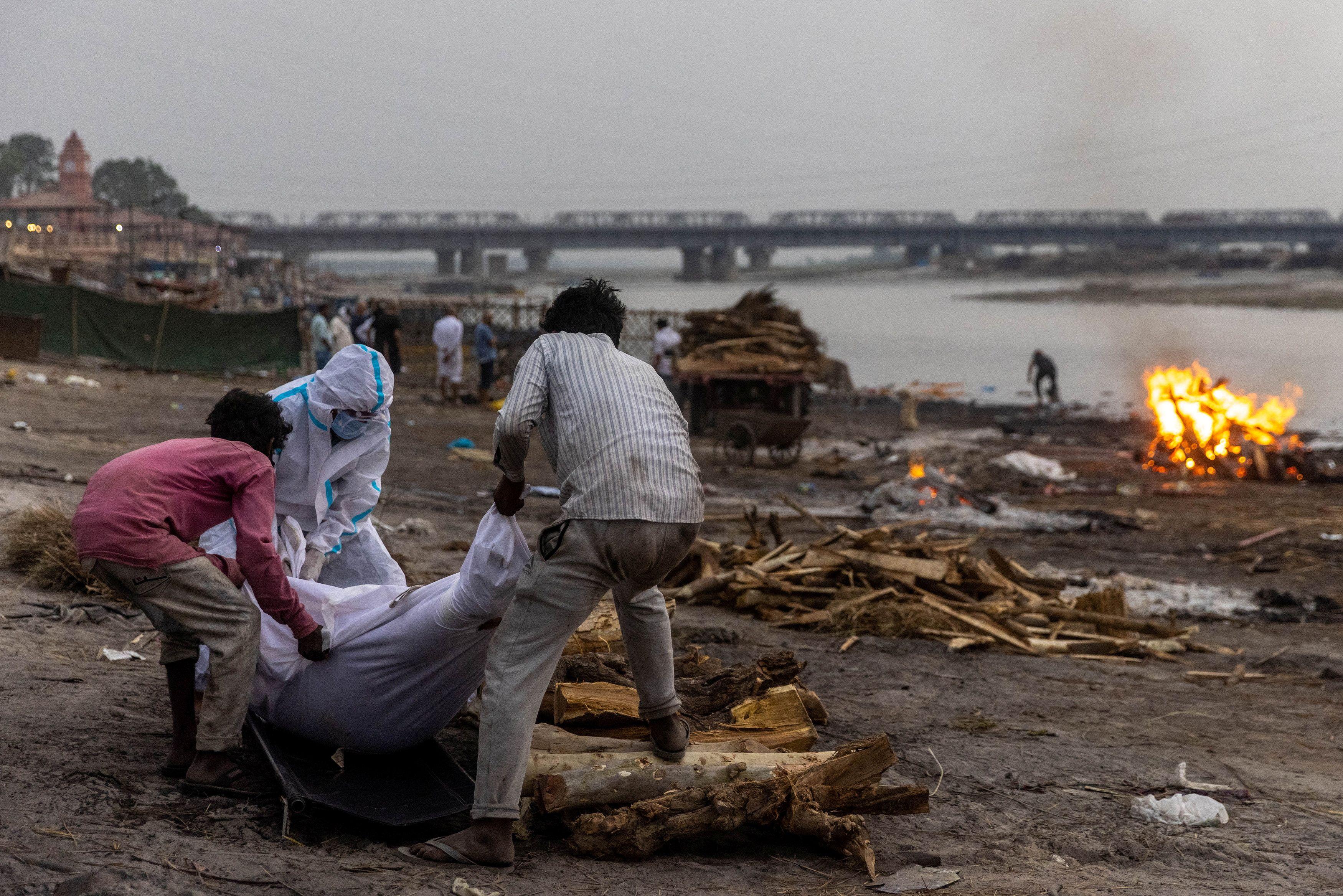 Cremación de una víctima de Covid a las orillas del río Ganges.