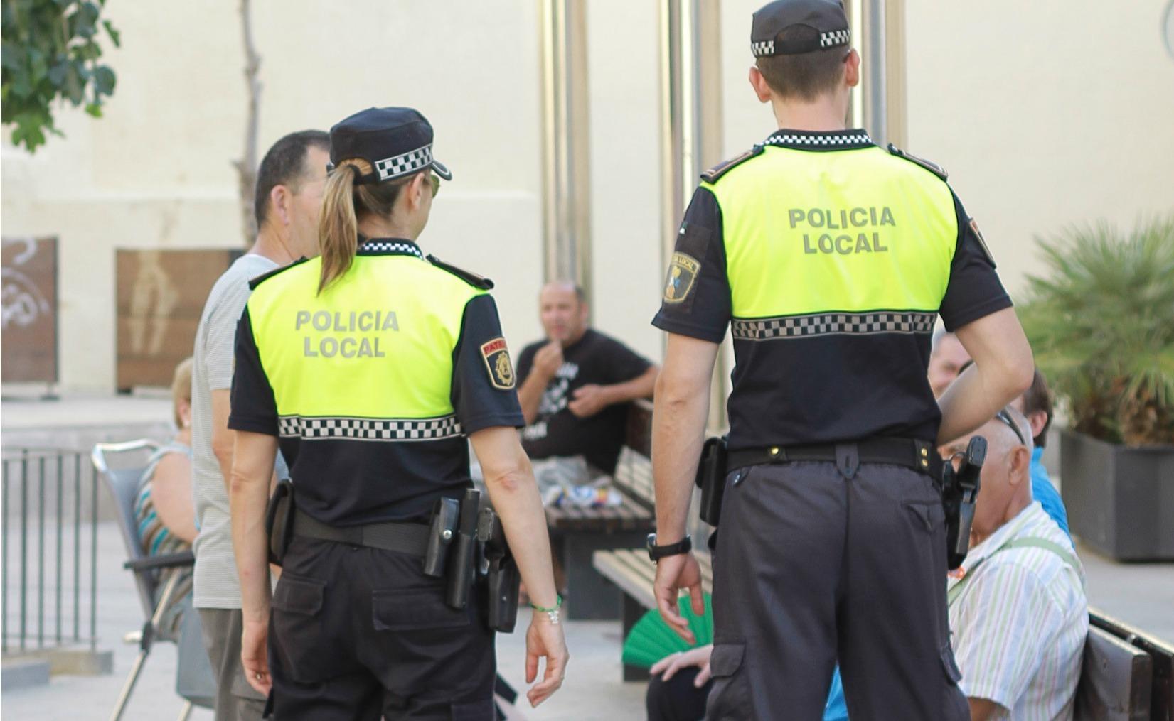 Dos agentes de la Policía Local de Vila-real, en una terraza.