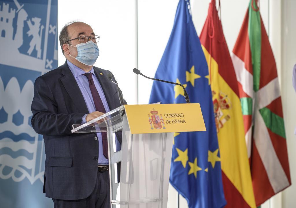 Miquel Iceta, ayer, en Bilbao, anunciando las nuevas competencias transferidas al País Vasco.