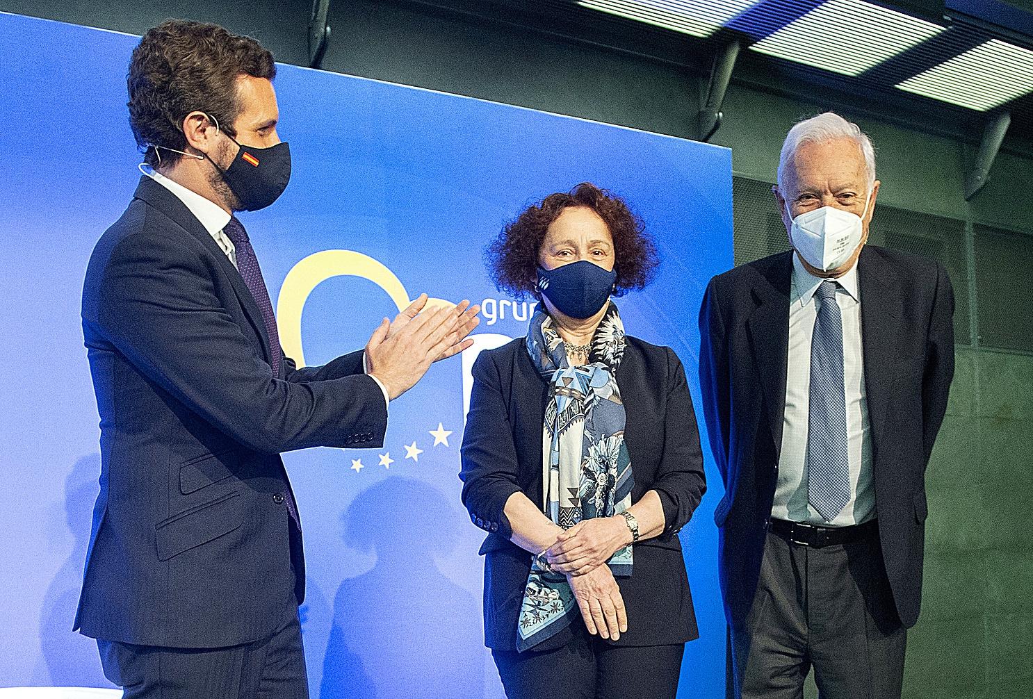 Pablo Casado, con Ana Palacio y José Manuel García Margallo ayer en Madrid.