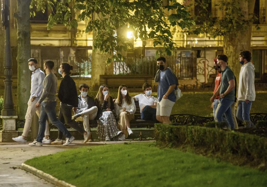 Jóvenes en una plaza de Bilbao tras caer el estado de alarma el domingo.
