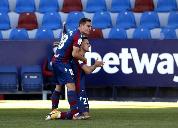 De Frutos abraza a Dani Gómez tras marcar en el Ciutat de València.