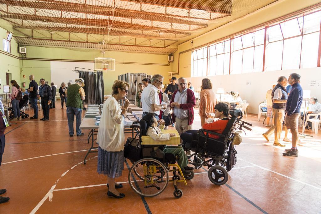 Dos mujeres con parálisis cerebral ejercen su derecho al voto en Madrid tras la reforma legal de 2018.