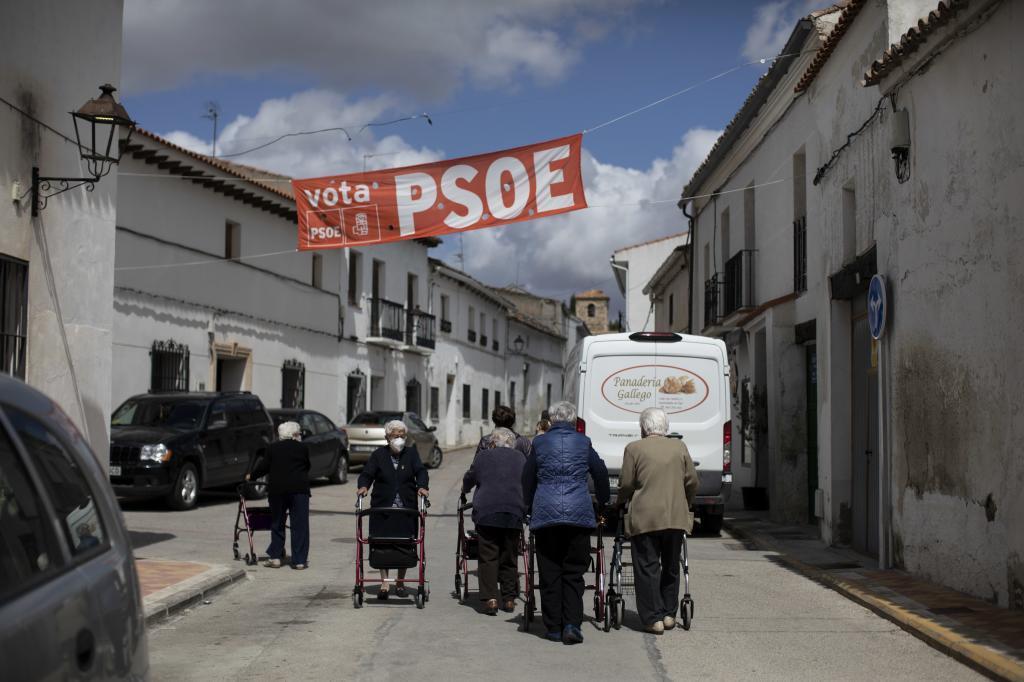 Varias ancianas pasean en Fuentidueña.