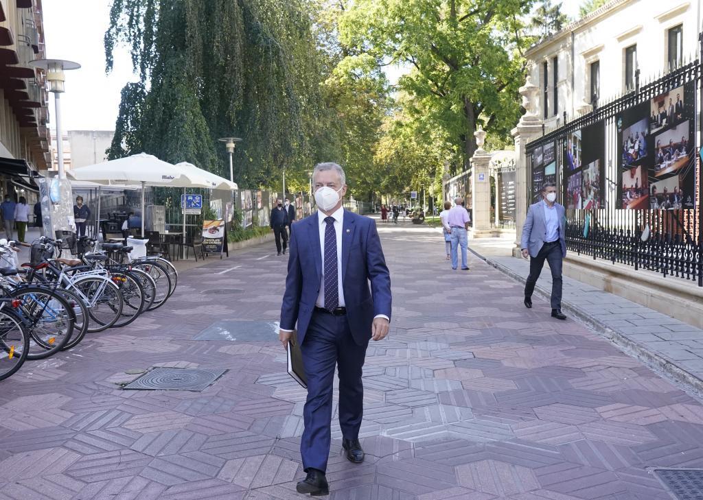 El lehendakari Urkullu camina solo por el paseo de La Senda de Vitoria camino del Parlamento Vasco.