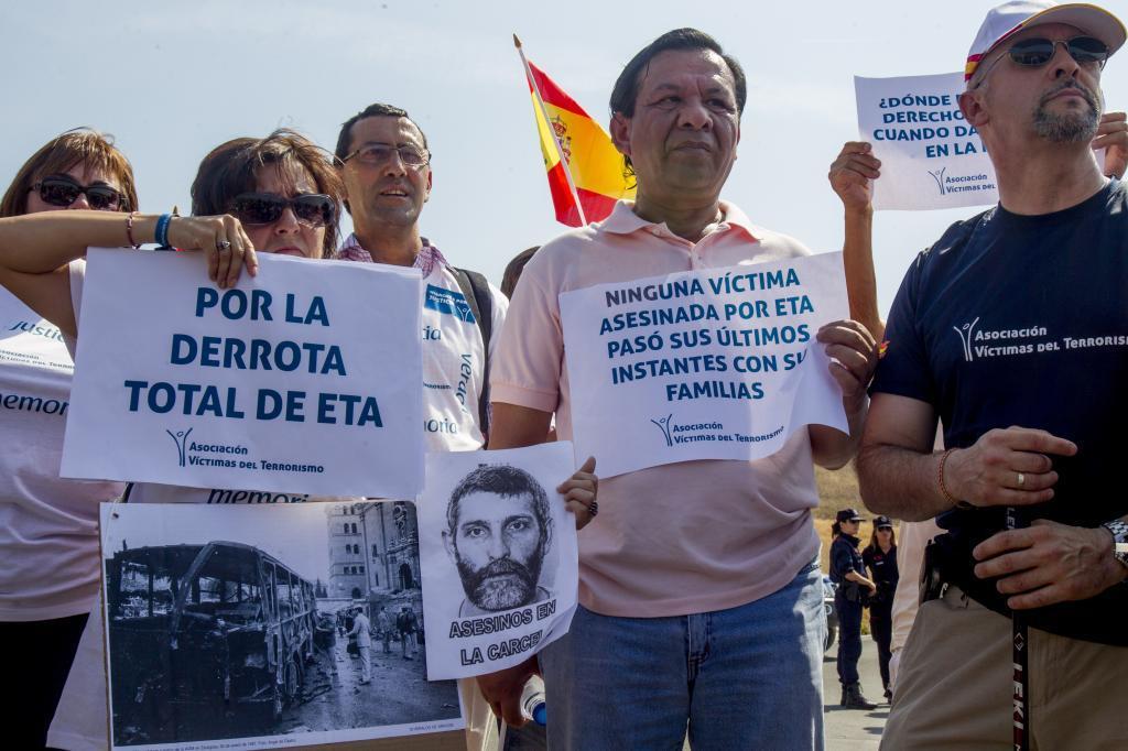 Miembros de asociaciones de víctimas participan en una marcha junto a la cárcel de Zaballa contra la excarcelación de etarras.