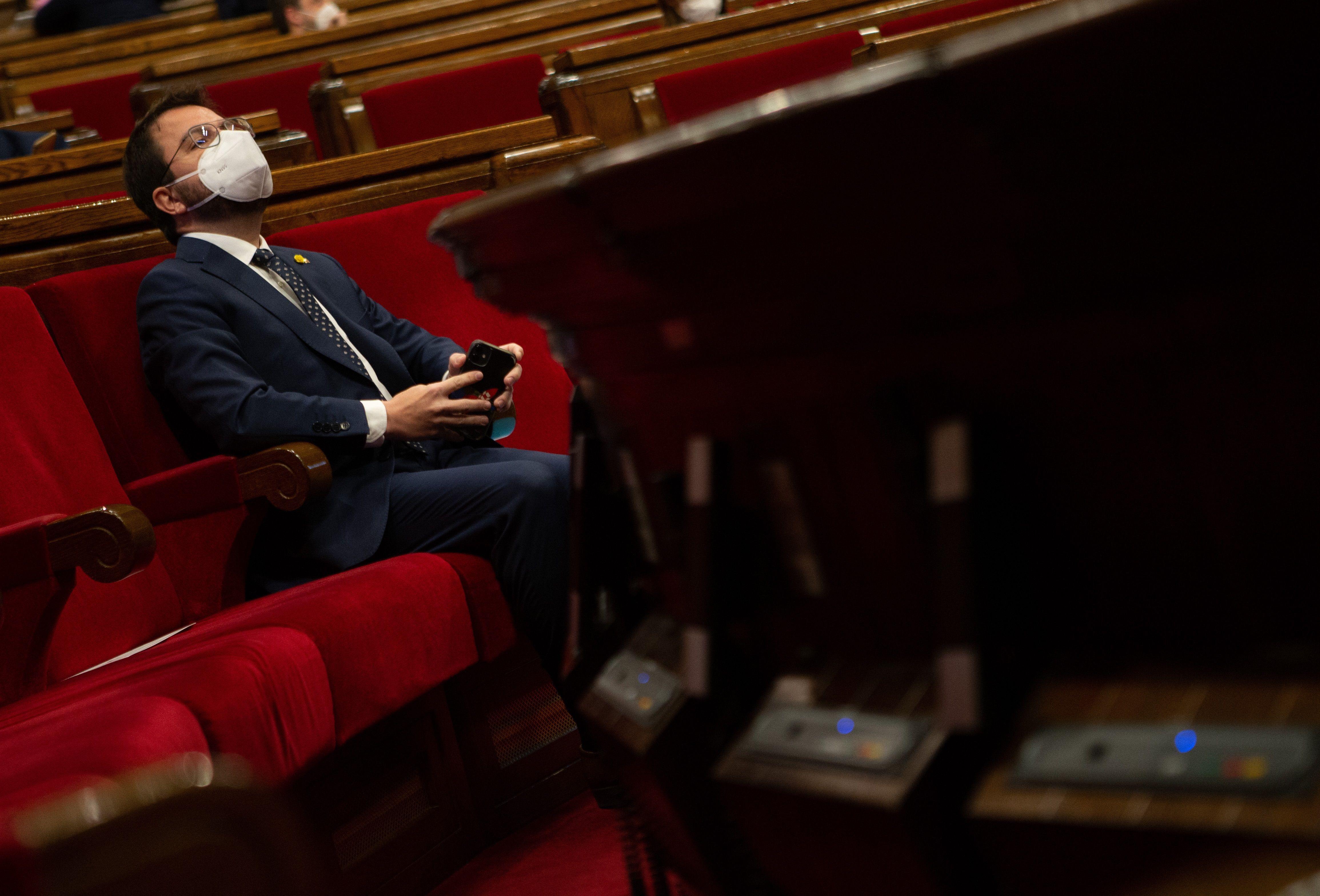 Aragonès, en su escaño del Parlament.