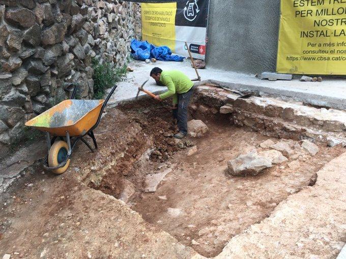 Excavando la fosa del cementerio de Montjuïc