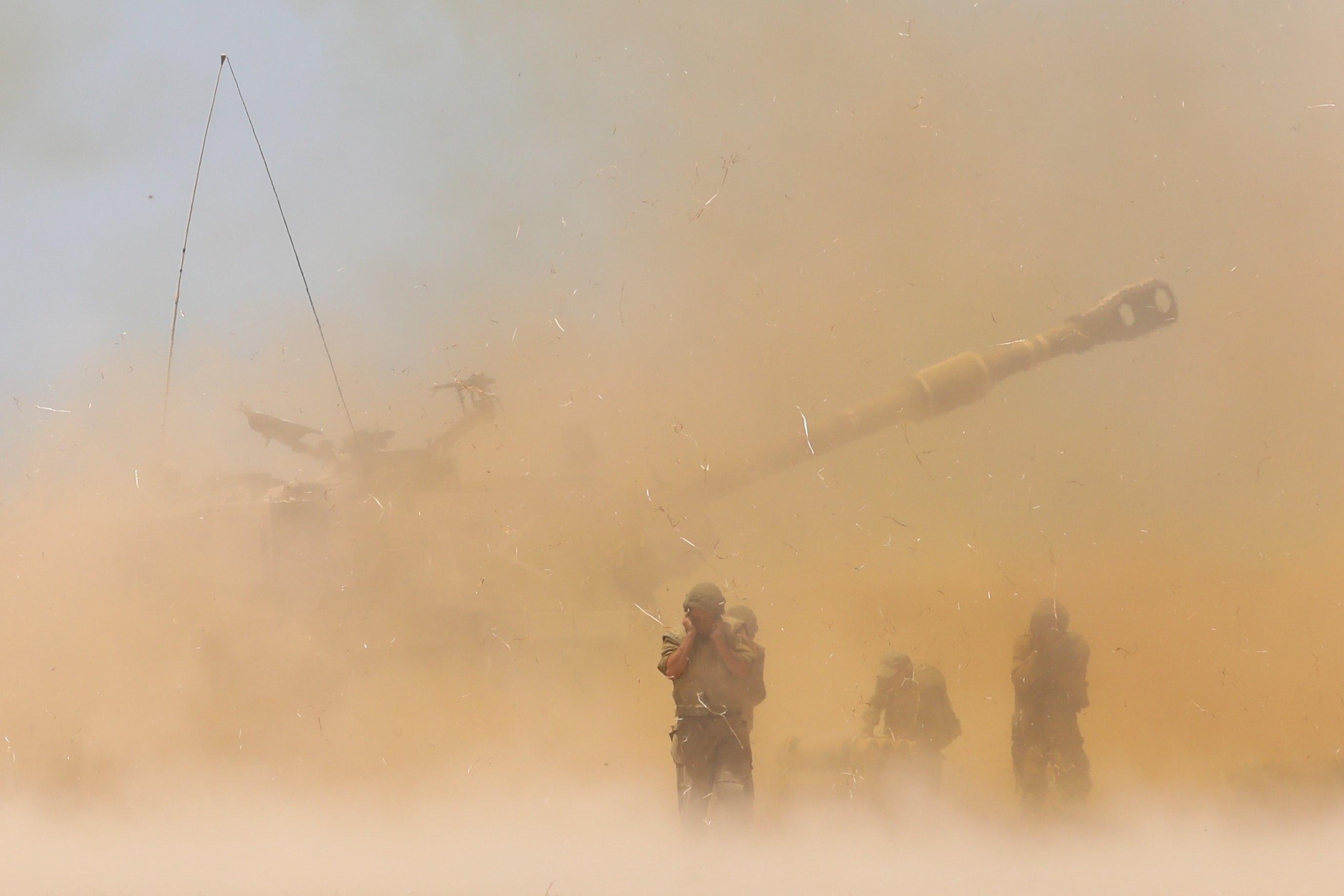 Artillería israelí responde durante la escalada con las milicias de Gaza.
