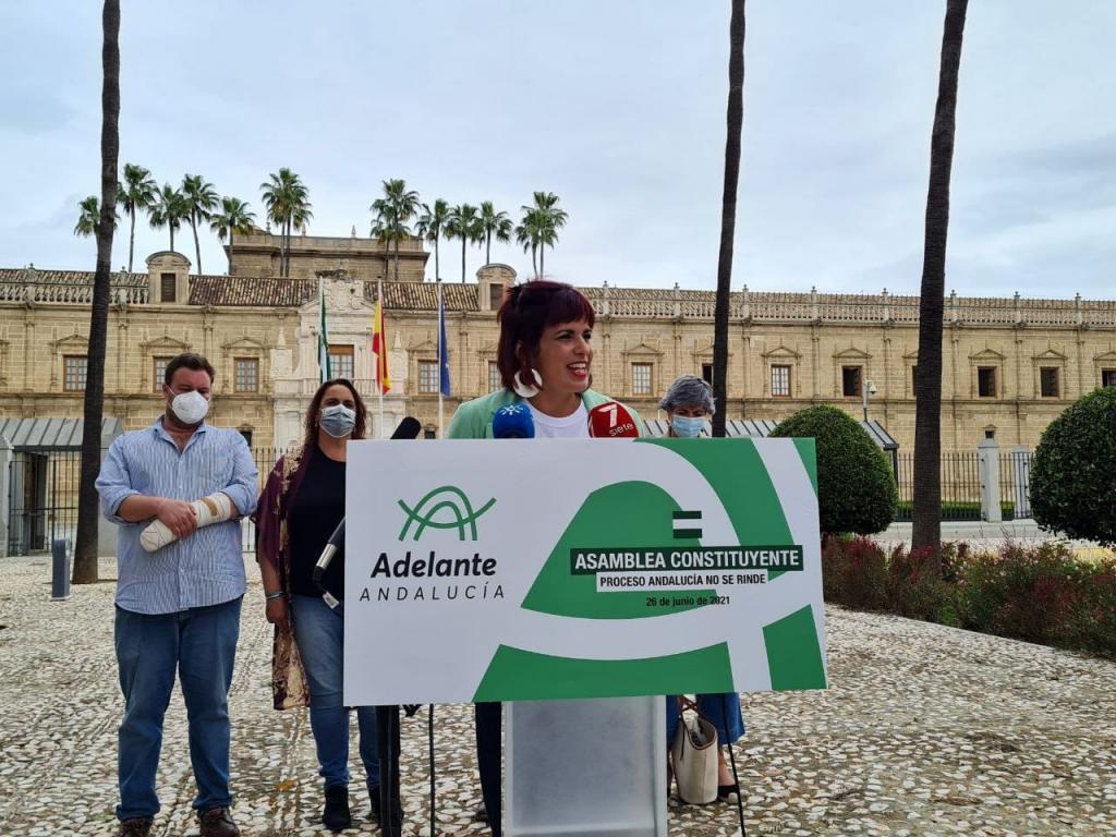 Teresa Rodríguez, a las puertas del Parlamento andaluz.