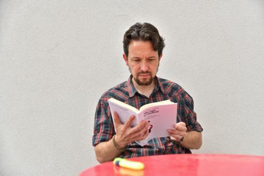Pablo Iglesias sostiene el libro ¡Me cago en Godard!