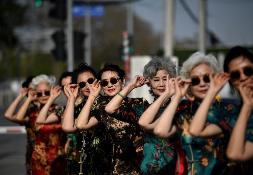 """Las """"Abuelas de Moda"""" en una actuación de televisión en Beijing"""