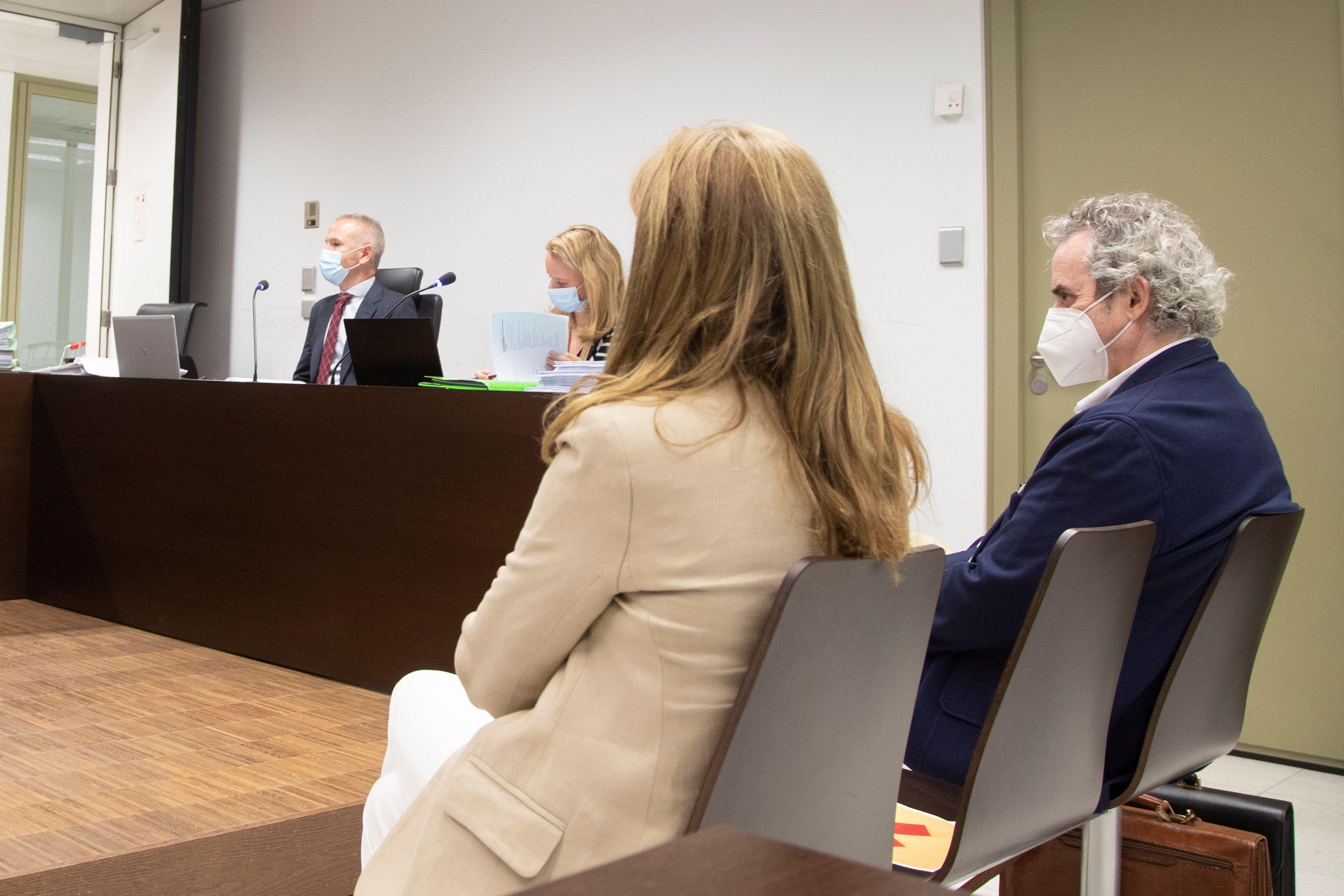 El matrimonio sentado en el banquillo de los acusados