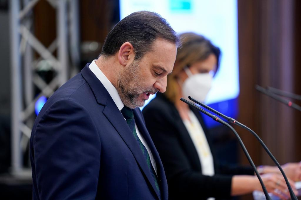 El ministro de Transporte, José Luis Ábalos, junto a la vicepresidente de Transición Ecológica, Teresa Ribera.