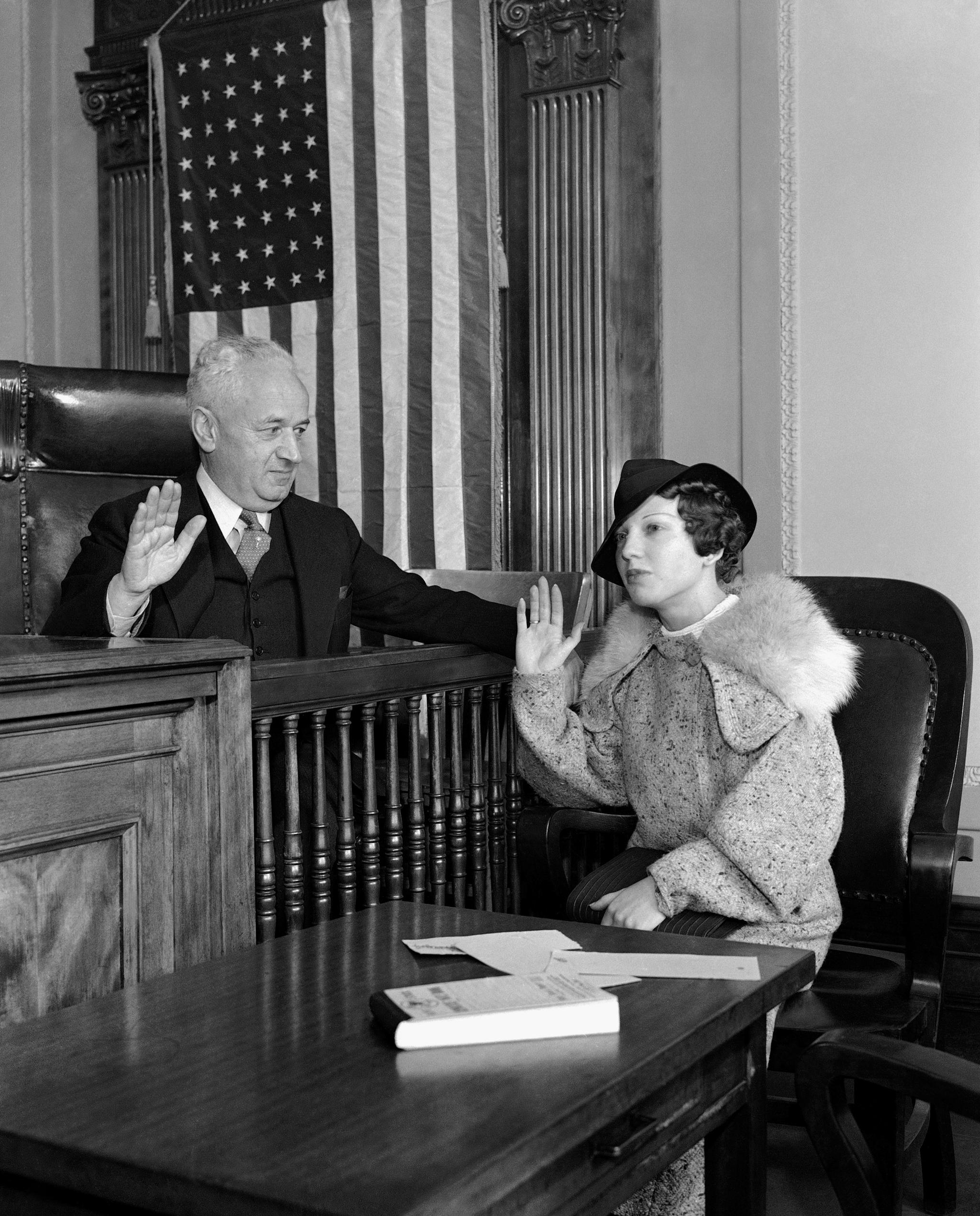 Ann Cooper presta juramento ante el juez durante el juicio de su caso, en Nueva York.