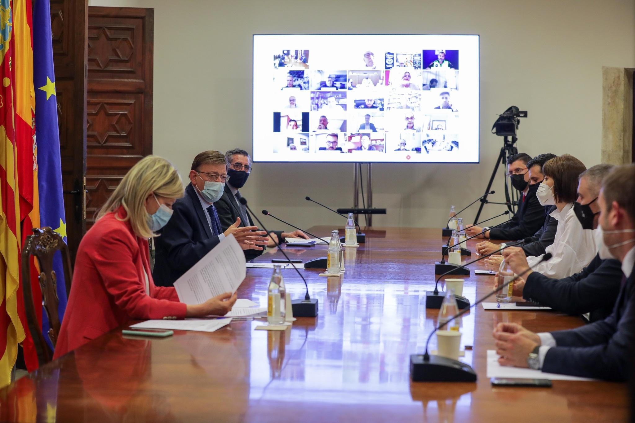 La consellera Gabriela Bravo y el presidente Ximo Puig, en la reunión con los alcaldes de municipios turísticos.