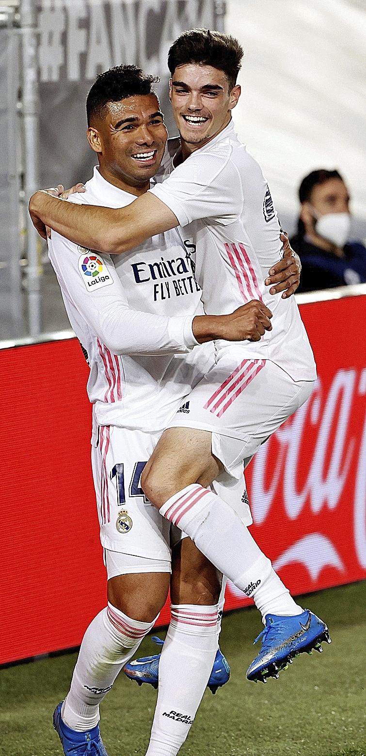 Casemiro y Miguel celebra un gol.