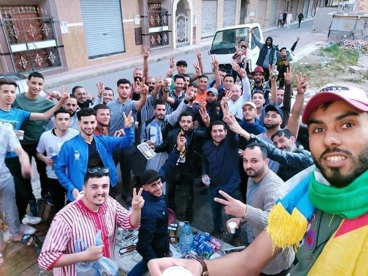 Familares y activistas a la espera de la salida de los presos del Hirak en la puerta de la prisión de