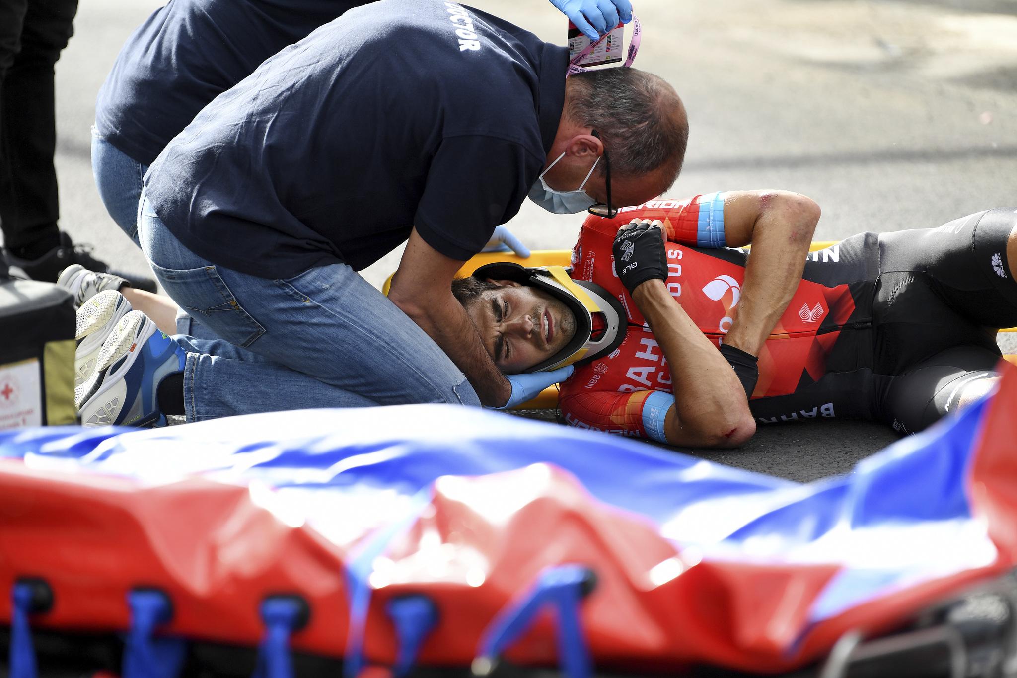 Mikel Landa es atendido tras su dura caída.