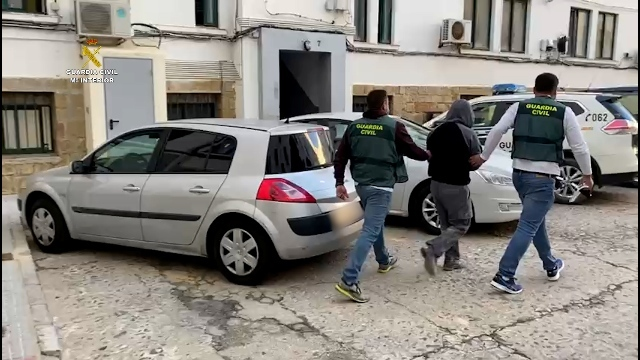 Agentes de la Guardia Civil, con el detenido en Ceuta por sus vínculso con Daesh.