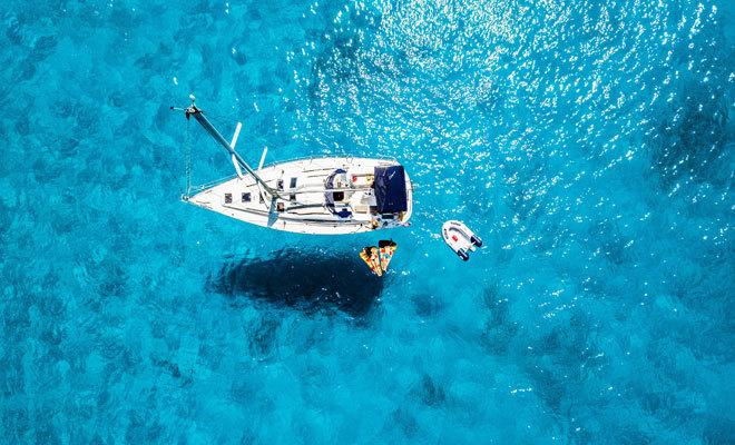 Un yate surca las aguas del Mediterráneo.