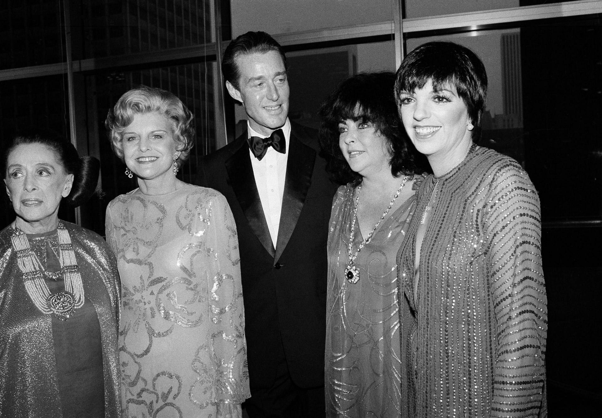 Roy Halston, en el centro, junto a (de izq. a drch.) Martha Graham, Betty Ford, Elizabeth Taylor Warner y Liza Minnelli, en una foto de mayo del 79.