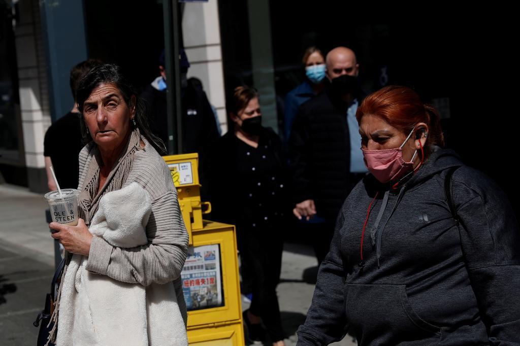 Peatones con y sin mascarilla hace unos días en Nueva York