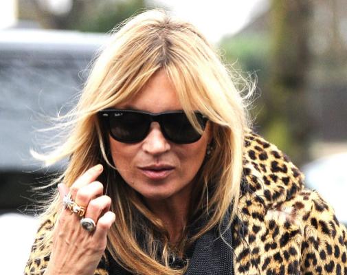 Kate Moss es otra que recurre al flequillo cortina de cuando en cuando para animar su pelo. Pero no es la única, hay muchas más...