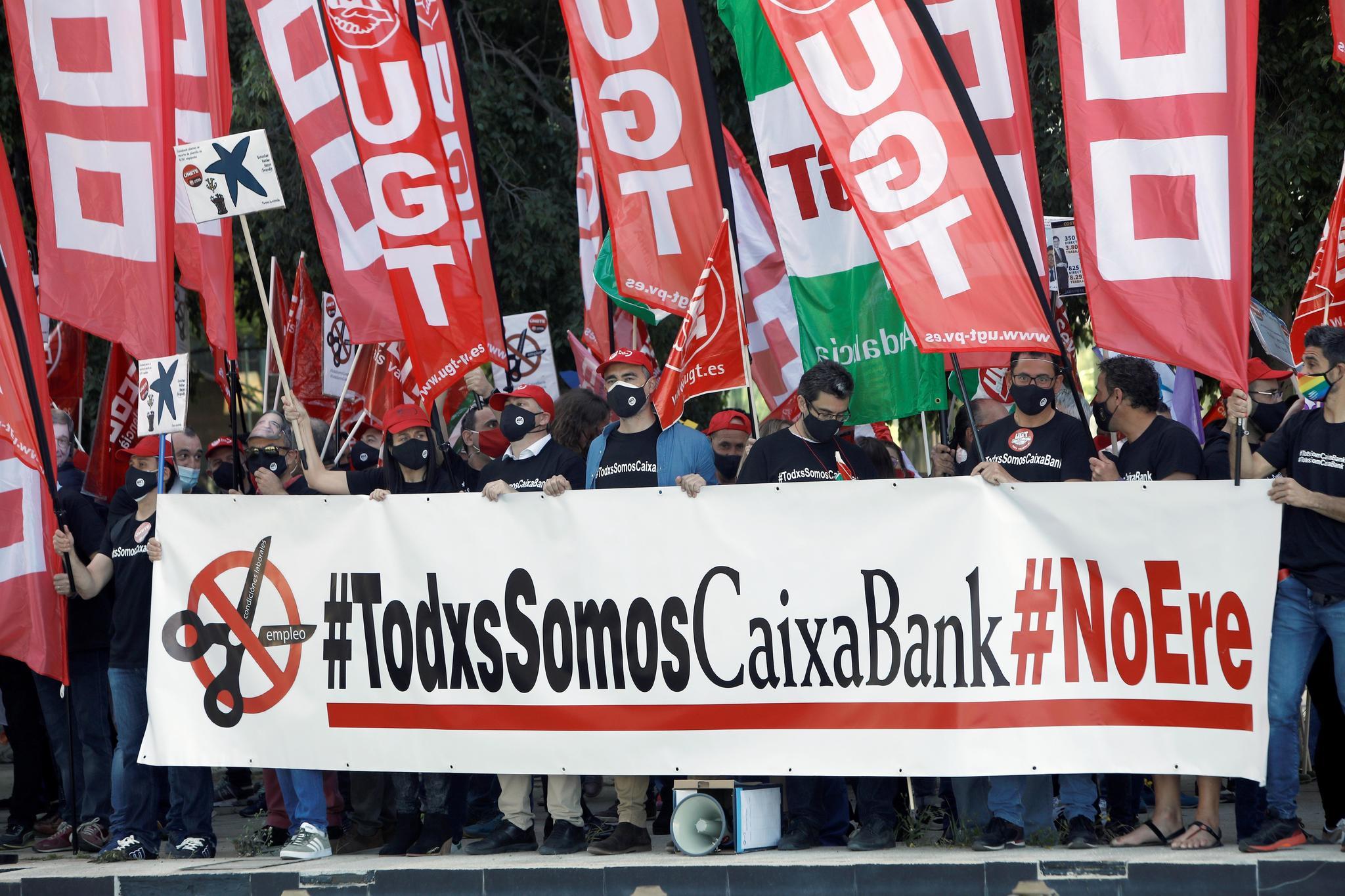 Protestas de los sindicatos ante la junta de accionistas de Caixabank