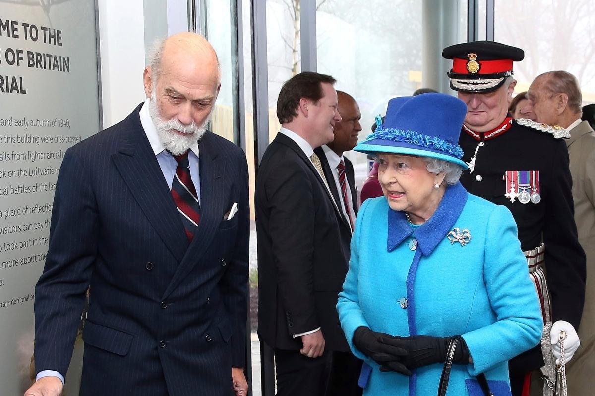 Isabel II junto a su primo el príncipe Michael de Kent, en 2015, en la inauguración de un monumento.
